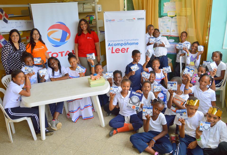 Total dona lámparas solares a niños