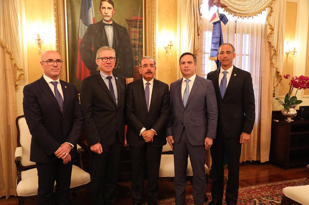 El presidente Danilo Medina recibió, junto al director del Centro de Exportación e Inversión de la República Dominicana, Luis Henry Molina, a los directivos de la multinacional Total