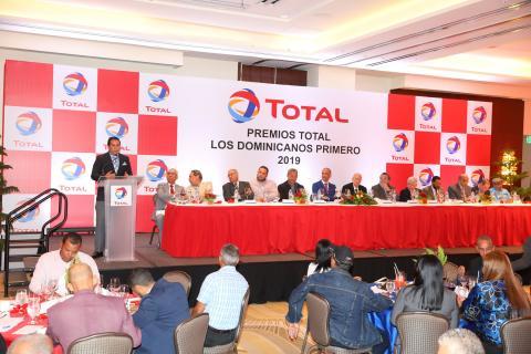 jose_antonio_mena_mientras_leia_la_semblanza_de_alberto_castillo_en_los_premios_total_los_dominicano.jpg